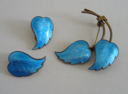 Holt blue enamel leaves set