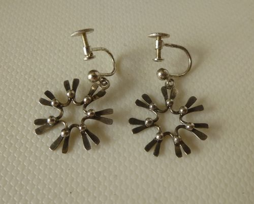 Silver daisy earrings with screws